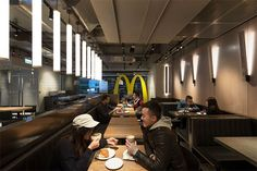 New McDonalds Restaurant Interior Design Is Part of a Smart Rebranding Strategy Pub Design, Retail Design, Store Design, Food Design, Pizzeria Design, Design Ideas, New Interior Design, Restaurant Interior Design, Restaurant Interiors