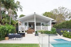 Style New Build on Northern Beaches — Heliconia Style New Build on Northern Beaches — Heliconia 50 Awesome Front Yard Side Yard und Hinterhof Landschaftsbau Design-Idee – Sold 17 Malcolm Street, Narrabeen NSW 2101 on 16 Nov 2017 - 2013947024 Hamptons Style Homes, The Hamptons, Hamptons House, Exterior Design, Interior And Exterior, Narrow House Designs, Weatherboard House, Sydney Beaches, Exterior Remodel