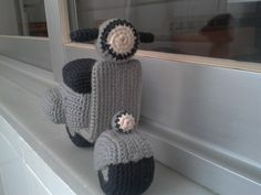 Vespa Free Amigurumi Pattern In Italian but easy enough with the help of googl Chat Crochet, Crochet Car, Crochet Patterns Amigurumi, Crochet For Kids, Crochet Crafts, Crochet Toys, Crochet Projects, Free Crochet, Amigurumi Animals