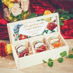 Piękna, drewniana skrzyneczka ze słodkim podziękowaniem dla wyjątkowej osoby. Okażcie wdzięczność w oryginalny  i słodki sposób, komuś, na kogo zawsze możecie liczyć. #kolekcjaslubna #kolekcjaflora #podarunekdlagosci #podziekowaniadlagosci #wesele #slub Flora, Container, Gift Wrapping, Retro, Gifts, Gift Wrapping Paper, Favors, Neo Traditional, Rustic