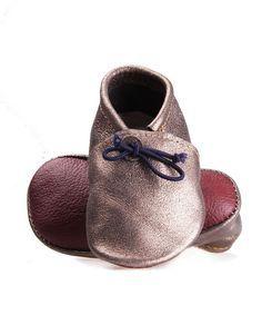 Les pantoufles en cuir irisé gris souple couleur argentée mettront bébé à l'aise. Confortablement installé dans ses chaussons et prêt pour les fêtes de fin d'année, il sera également prêt à se consacrer entièrement à ses jeux, voire à faire quelques bêtises… http://www.pucedeluxe.com/fr/product/silver-epoustouflant/ - #babymocks #bebe