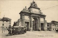 Puerta de Toledo, anterior a 1910. J. Lacoste. Tarjeta postal. Museo de Historia (Madrid) Foto Madrid, Neoclassical, Old City, Big Ben, Europe, Train, Black And White, Building, Places