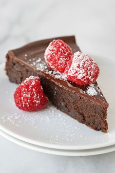 The ultimate recipe for chocolate lovers! This Flourless Chocolate Cake is ultra rich and delicious! A delicious gluten-free recipe!