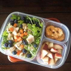 @Laura Fuentes/ MOMables.com office lunch: arugula salad (carrots, blueberries, turkey, blue cheese), white peach, pretzel thins. #lunchrevolution #lunch @Breanne Applegate @EasyLunchboxes @Naturipe Farms