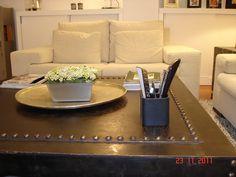 """Detalle de la mesa de centro de """"Concha Bay"""" en acero y hierro con tachuelas."""