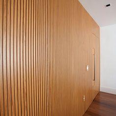 Painel ripado em freijó!! - Detalhe Apartamento Leblon II #studio021arquitetura #detalhe #detail ...