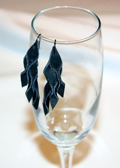 Bekijk dit items in mijn Etsy shop https://www.etsy.com/listing/485289923/black-leather-earrings-original-design
