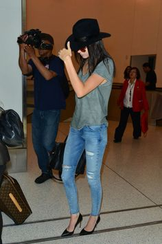 If you thought that a REALLY big, fancy hat called for the most bohemian of outfits, think again; Kendall donned hers with a slouchy tee, a pair of jeans and heels. So, just your average airport ensemble, then.