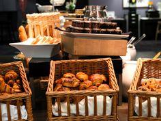 Hôtel Aigle des Neiges **** à Val d'Isère (Maranatha Hotels) - Petit déjeuner | Breakfast Val D'isère, Picnic, Food, Eagle, Photo Galleries, Morning Breakfast, Living Room, Essen, Picnics