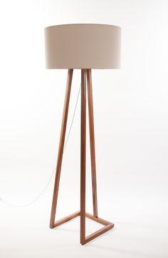 Easel lamp by Natural Urbano. Floor Lamp Makeover, Diy Floor Lamp, Wooden Floor Lamps, Wood Lamps, Table Lamps, Steampunk Furniture, Metal Furniture, Luminaire Design, Lamp Design
