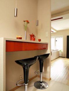 KUCHNIA. W długiej wąskiej kuchni przy dłuższej ścianie zamocowano blat wspierający się z jednej strony na podłodze (podobny, za załomem ściany, służy jako blat roboczy). Tak jak szafki kuchenne zrobiono go z laminatu; fronty szuflad są z płyty MDF lakierowanej na wysoki połysk.  Pod blatem są szufladki  - wystarczająco duże, by pomieścić np. sztućce. Do posiłku zasiada się na stołkach barowych  z czarnego tworzywa sztucznego. Sweet Home, Table, Kitchens, Furniture, Google, Home Decor, Decoration Home, House Beautiful, Room Decor