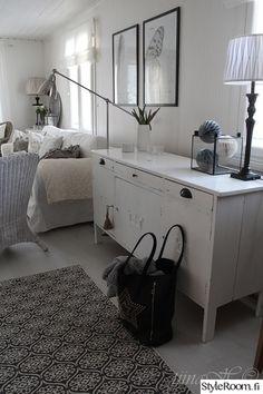 olohuone,marokkokuosinen matto,vanha lipasto,jalkalamppu