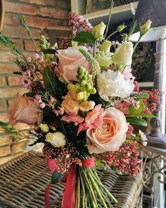 31 vind-ik-leuks, 0 opmerkingen - MD Green Design (@md_greendesign) op Instagram: 'Krásne sviatky prajeme 😘😘😘kvetinárstvo Červeník MDgreen design ☀️☀️☀️☀️☀️☀️☀️☀️☀️☀️☀️☀️☀️☀️' Veronica, Floral Wreath, Wreaths, Table Decorations, Green, Instagram, Design, Home Decor, Floral Crown