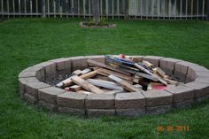 DIY Backyard Fire Pit Ideas On a Budget Fire pits are created from many kinds of materials. A fire pit may also serve as an important focus in your outdoor landscape design. Garden Fire Pit, Fire Pit Backyard, Backyard Patio, Backyard Projects, Outdoor Projects, Pallet Projects, Metal Fire Pit, Diy Fire Pit, Bonfire Pits
