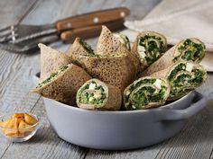 Naleśniki z mąki gryczanej ze szpinakiem, fetą i hummusem