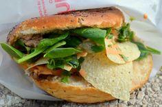 Torta de aguja de cerdo asada, brotes de espinacas, aguacate pisado, totopos, pickles y mayonesa de sriracha by Chifa Food Truck