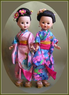Nancys Gheisas Reedición Rosa y Quirón azul. Antique Dolls, Vintage Dolls, Doll Patterns, Sewing Patterns, American Girl, Nancy Doll, Wellie Wishers, Kokeshi Dolls, Barbie Dress