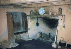 [jamestown_cottage_interior,+half+the+house.jpg] Early Colonial Fireplace and bench