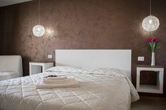 """La camera """"Cala Dragunara"""" con i suoi colori bianco e cioccolato può ospitare fino a tre persone, verifica la disponibilità per il tuo soggiorno!"""