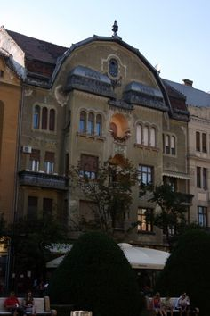 Palatul Neuhausz este, de asemenea, o cladire simetrica. A fost construit in perioada 1911-1912 intr-o combinatie de stiluri eclectic, seccesion si art nouveau maghiar. Astazi, la 100 de ani de la construirea palatului, doar cativa batrani mai stau in cele 22 de apartamente. Restul celor care isi duc viata acolo sunt chiriasi ai unor proprietari plecati in strainatate in perioada comunista