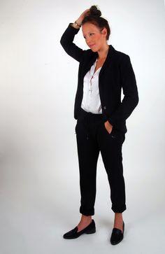 Stylingtip: business chic! Combineer een zwarte 7/8 broek (jeans of een geklede broek) met een wit oversized T-shirt of een bloesje en een blazer.