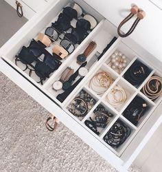 Detalhes ✖️ Adoro as divisórias móveis da gaveta do @apartamento84. Uma ótima ideia pra quem vai fazer móveis planejados!