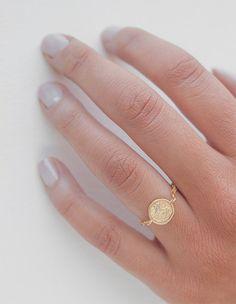Un anillo de hermosa cadena de oro de 14kt lleno de cadena y un ligero oro llenado delicadamente martillado disco con una Circonita brillante
