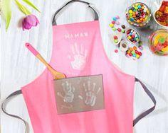 Le cadeau de fête des mères « fait main » a toujours la cote, surtout s'il est réutilisable ! Avec ce tablier personnalisé, auquel tous les enfants de la famille peuvent participer, voilà une idée créative pour combler maman.