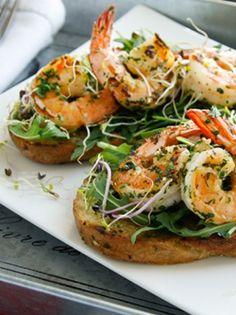 BRUSCHETTAS DE CREVETTES GRILLÉES À LA PLANCHA. Des crevettes grillées en entrée pour ouvrir l'appétit de vos convives ! http://www.verycook.com/blog/entree-plancha/bruschettas-de-crevettes-grillees