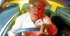 ΒΙΝΤΕΟ: Δεν φαντάζεστε πόσα αμάξια χτύπησε ο παππούς για να ξεπαρκάρει