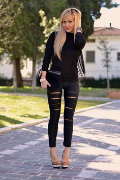 Ripped leggings and fringed top - outfit total black italian fashion blogger It-Girl by Eleonora Petrella #fashion #style #look #ootd #fashionblog #itgirl #inspiration #outfit #outfitoftheday #hair #blondehair