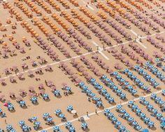 Ejército de sombrillas multicolor - Las hipnóticas playas simétricas de Bernard Lang - 20minutos.es