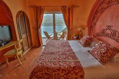 cette Suite Junior est située au dernier étage de l'hôtel avec une vue panoramique du Golfe du Valinco. Son décorateur Gilles Puchol a choisi de traiter les murs d'une manière traditionnelle grâce à une chaux mélangée à des pigments naturels et de compléter la Suite avec des éléments en chêne travaillé à l'ancienne par l'artisan menuisier Pierre Bartoli.