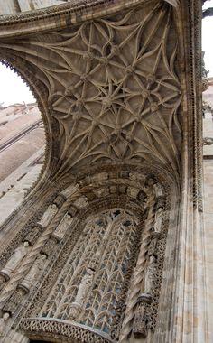 [Portal de la Catedral de Albi. Hermoso techo abovedado y detalles en la ventana gótica]