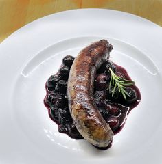 Italian sausage and grapes...a perfect fall meal with a salad and a crusty loaf!  http://oracibo.com/recipe/sausages-with-black-grapes/