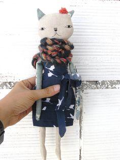 Muñeca gata de lino y algodón con bufanda de alpaca. 32 cm. Cuerpo en tela de…