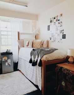 42 fantastic college bedroom decor ideas and remodel 41 College Dorm Decorations Bedroom college DECOR fantastic Ideas remodel Dorm Room Colors, Dorm Room Color Schemes, Dorm Room Essentials, College Room, Room Colors, College Dorm Room Decor, Room Inspo, College Bedroom, Living Room Decor Pillows