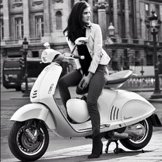 Italian Women and Vespa (946)