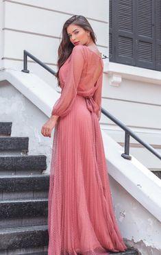 Vestido longo rosa antigo para madrinha de casamento: confira os modelos que estão fazendo sucesso nesta paleta que une o rosa antigo e o rose queimado #vestidodefesta #vestidolongo #casamento #madrinhadecasamento #rosaantigo