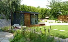 Így legyen a kerted árnyékos része is buja és virágzó Cabin, House Styles, Outdoor Decor, Modern, Plants, Home Decor, Trendy Tree, Decoration Home, Room Decor