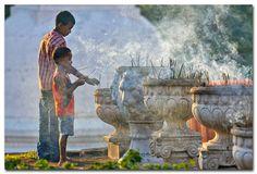 Secret Lanka, your travel agent and tour operator for Sri Lanka and Maldives. Sri Lanka, People Around The World, Around The Worlds, Guanyin, India Travel, Kandi, Continents, Buddhism, Religion