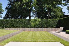 Afgewerkte projecten door Jonas D'hoore | Sobere en moderne tuin met ruimte en dimensie Big Backyard, Garden Inspiration, Golf Courses, Sidewalk, Outdoor, Large Backyard, Outdoors, Walkways, Outdoor Games
