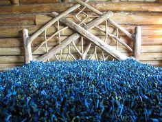 Colcha feita com sobras de malha e lycra e cama feita com restos de floresta.Produzido pela Reciclanto.