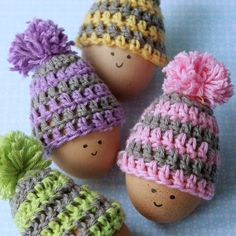 Crochet your own egg warmers for easter! Free pattern with step by step images. In English and Swedish.