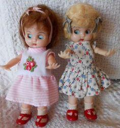 Anciennes Petites poupées Anglaises 1950  Voici deux petites adorables poupées de 15 cm en plastique dur pour le corps et la tête (en une seule partie) . Seuls les bras sont mobiles et sont en plastique plus léger. Les mains sont en forme d'étoile de mer ( elles sont décrites ainsi dans ma documentation). Chaussettes et chaussures moulées. Cheveux en mohair. Elles seraient des années 1950. Les yeux sont également mobiles et dormeurs , regard en coin uniquement sur un seul côté.