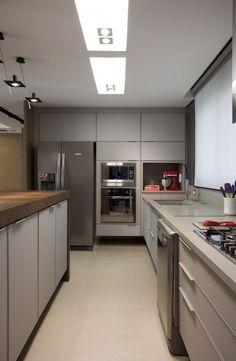 Cozinha com torre de eletros porJuliana Pippi #kitchen #cozinhamoderna #cuisine…