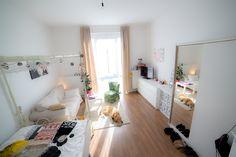 Helles gemütliches Schlafzimmer mit schönem Sessel. #bedroom #white #Sessel
