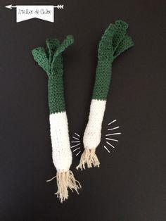 And hop a winter vegetable, leek! Well, it takes a bit of time to create . Crochet Diy, Crochet Amigurumi, Crochet Food, Crochet Hats, Dragon En Crochet, Fruits En Crochet, Yarn Crafts, Crochet Projects, Crochet Patterns