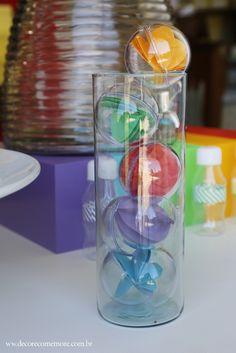 Festa Divertida Mente by Decore & Comemore // Mesa decorada papelaria e peças nas cores de cada personagem. Bolas de acrílico com bolas 3D de papel.
