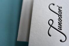Schlicht und elegant: So kommen die neuen Letterpress-Visitenkarten von Junodori daher. Gedruckt wurde auf Cotton (600g/qm) von Gmund Paper.  Übrigens: Innerhalb Deutschlands berechnen wir Dir keine Versandkosten für Deine neuen Visitenkarten. ► http://www.letterpresso.com/produ…/switch-visitenkarten.html